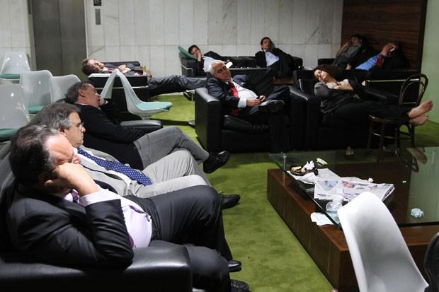 Parlamentares dormem em sala do plenário após várias horas da sessão que varou a madrugada (Foto: Dida Sampaio/Estadão Conteúdo)