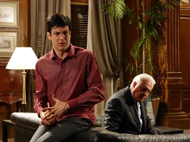 Félix sofre com críticas do pai (Foto: Amor à Vida/ TV Globo)