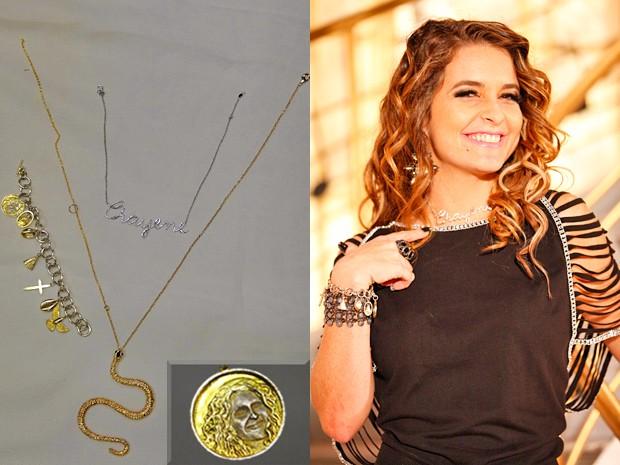 Chayene mostra a corrente que não tira nunca e ainda exibe a pulseira cheia de pingentes da sorte (Foto: Cheias de Charme/ TV Globo)