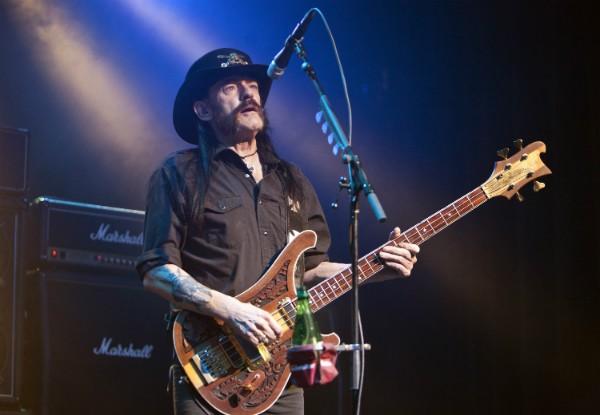 Lemmy durante uma apresentaçao em setembro de 2015 (Foto: Getty Images)