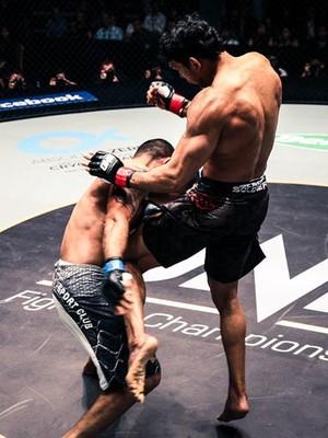 Momento do golpe que encerrou o combate, dando a vitória ao lutador Luís Sapo (Foto: Divulgação/One FC)
