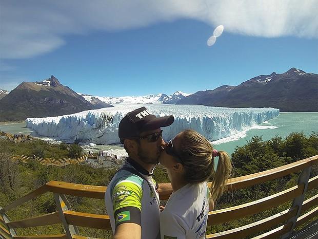 Garibaldi e Luciane aproveitam as paisagem da geleira Glaciar Perito Morento, na Argentina (Foto: Arquivo pessoal)