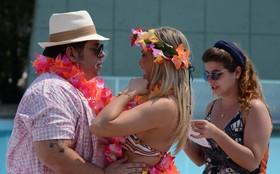 Que furacão! Vestida de havaiana, Ellen Rocche grava cenas calientes com Hassum
