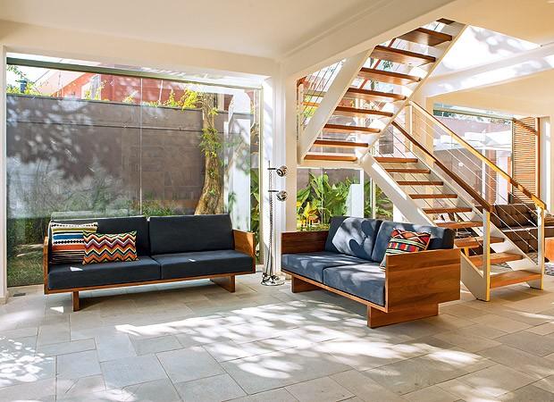 Com o alargamento do living, foi possível instalar uma escada maior com estrutura metálica que entra na caixa de vidro (Foto: Edu Castello/Casa e Jardim)