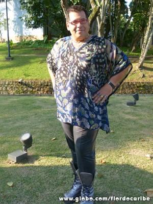 Hassum com seu figurino nada discreto (Foto: Flor do Caribe/TV Globo)