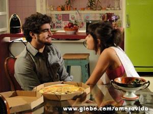 Michel entrega pizza (Foto: Amor à Vida/ TV Globo)