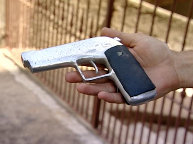 Arma apreendida no crime era falsa, em Cariacica (Foto: Reprodução/TV Gazeta)