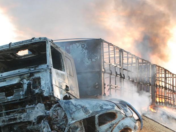 Homem morreu carbonizado após acidente no Sul do estado (Foto: ANTONIO PEIXOTO/RBS TV)