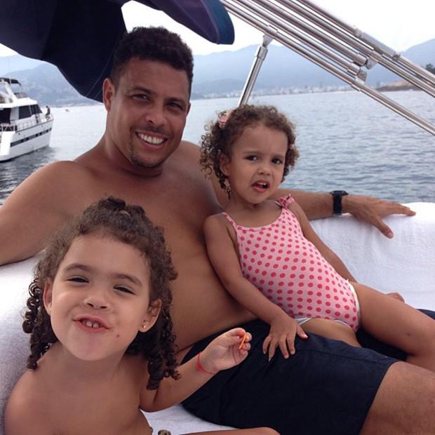 Ronaldo com as filhas (Foto: Instagram / Reprodução)