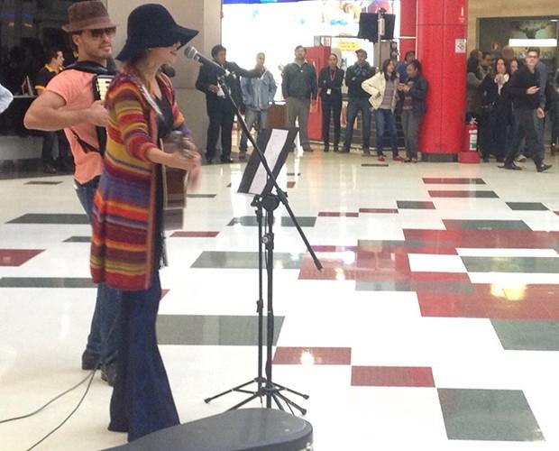 Paula Fernandes cantando no shopping (Foto: Nathália Gomes / Gshow)