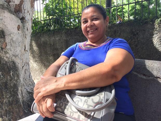 Ana Maria da Silva, 49, veio do Sertão de Pernambuco para rezar pelos filhos, que tentam medicina, na porta do local de prova (Foto: Arline Lins / TV Globo)