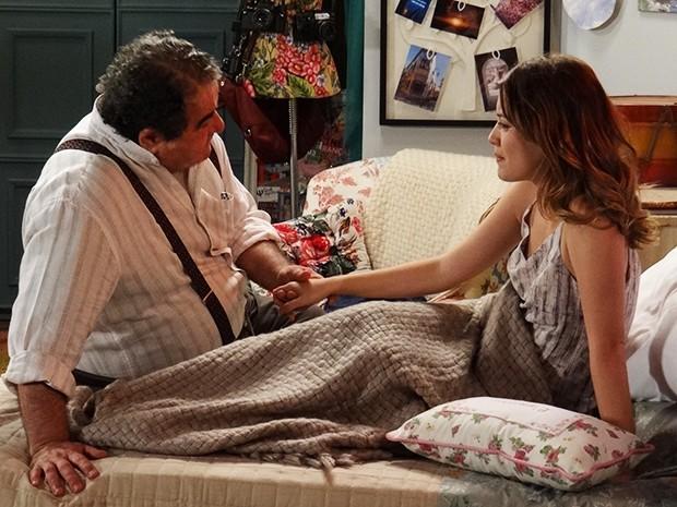 Avô e neta conversam francamente (Foto: Rodrigo Brisolla/Gshow)