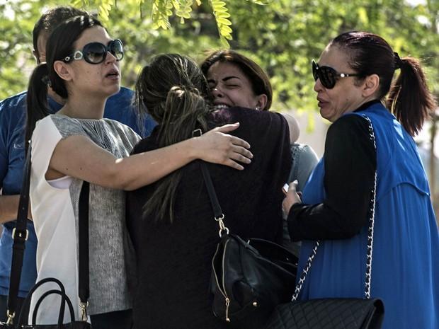 Parentes e amigos de pessoas que estavam a bordo do voo MS804 da EgyptAir se emocionam e choram na chegada ao local de atendimento da companhia aérea no Aeroporto Internacional do Cairo, no Egito (Foto: Khaled Desouki/AFP)