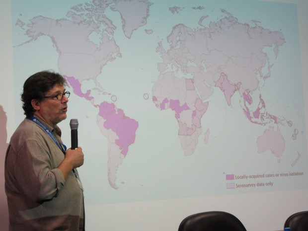 O virologista Paolo Zanotto exibe mapa de distribuição global do vírus zika durante entrevista coletiva concedida na USP (Foto: Rafael Garcia/G1)