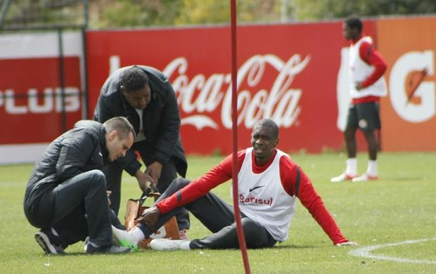 Juan sente o tornozelo em treino do Inter (Foto: Diego Guichard/GLOBOESPORTE.COM)