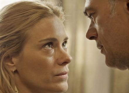Lara vai atrás de Orlando e o seduz: 'Não vou te deixar mais!'