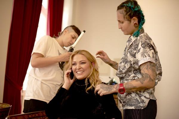 Justine LeGault nos bastidores da campanha Elegance Plus Size (Foto: Márcio Rodriguez)