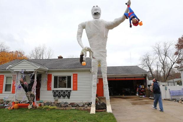 Decoração de Halloween, múmia tem sete metros de altura (Foto: Mark Bugnask/Kalamazoo Gazette-MLive Media Group,/AP)