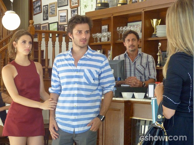 Assistente do pai de Martin dá a notícia: o playboy perde a mesada (Foto: TV Globo / Malhação)