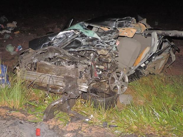 Batida entre carro e caminhonete ocorreu na BR-020, no oeste da Bahia (Foto: Edivaldo Braga/Blog Braga)