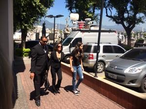 Beth Faria, ex-mulher do ator, chegou ao velório ao lado da neta (Foto: Matheus Rodrigues/G1)