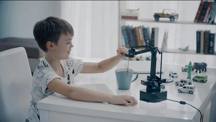 Braço robótico pode ser controlado via celular para realizar tarefas (Foto: Divulgação/Ufactory)