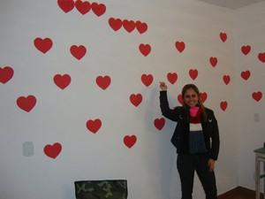 Juliana ao lado dos corações com mensagens feitos por Rodrigo (Foto: Arquivo Pessoal)