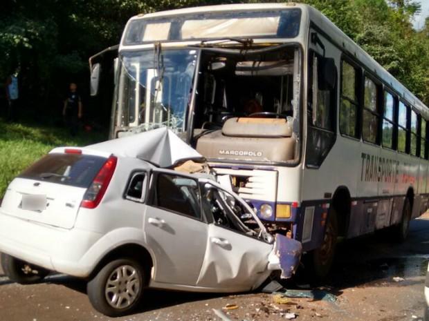 Motorista do carro não resistiu aos ferimentos e morreu no local do acidente (Foto: Divulgação)