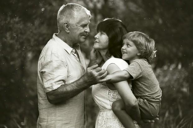 A cara de sapeca de Kevin observa o amor entre os avós nesse abraço triplo. (Foto: Ivette Ivens)