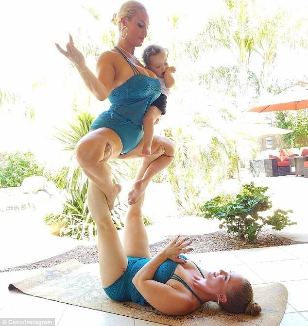 Coco Austin e a filha, Chanel, são levantadas pela irmã da modelo, Kristy Austin (Foto: Reprodução/Instagram)