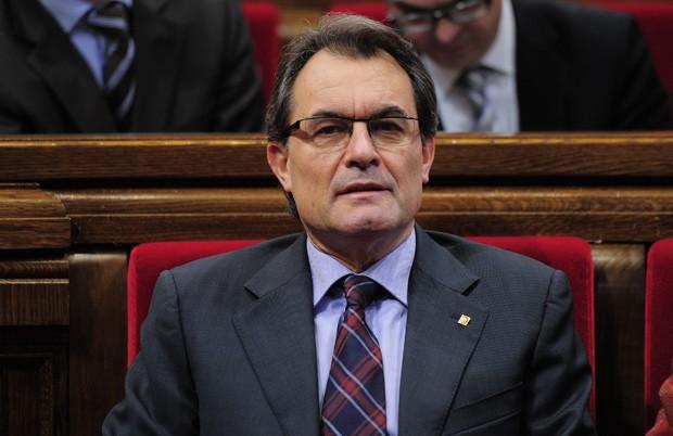 O presidente da Catalunha, Artur Mas, fala diante do Parlamento regional, em Barcelona, nesta segunda (17) (Foto: AFP)