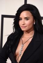 Demi Lovato 'esquece' sutiã em casa e aposta em terninho superdecotado