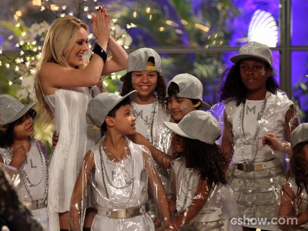 As crianças se divertem com Megan (Foto: Camila Camacho / TV Globo)