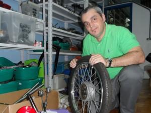 O restaurador trabalha na recuperação de uma CT 90 ano 1968 (Foto: Fernanda Soares/G1)