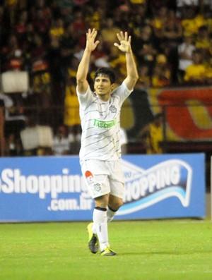 Aloísio comemora o gol marcado na Ilha do Retiro (Foto: Aldo Carneiro / Pernambuco Press)