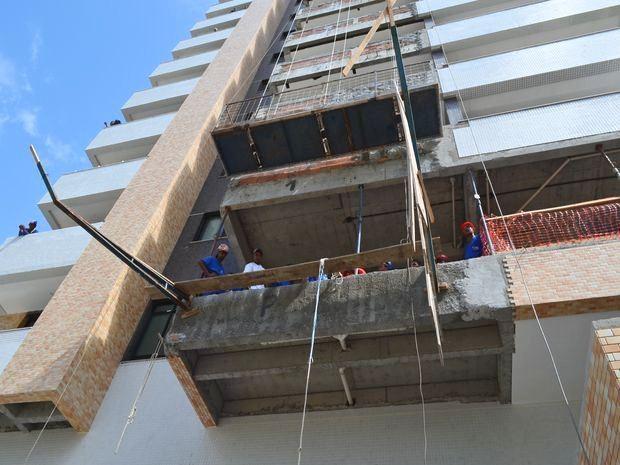 Estrutura se soltou de um lado e funcionários despencaram de uma altura de seis metros (Foto: Marina Fontenele/G1 SE)
