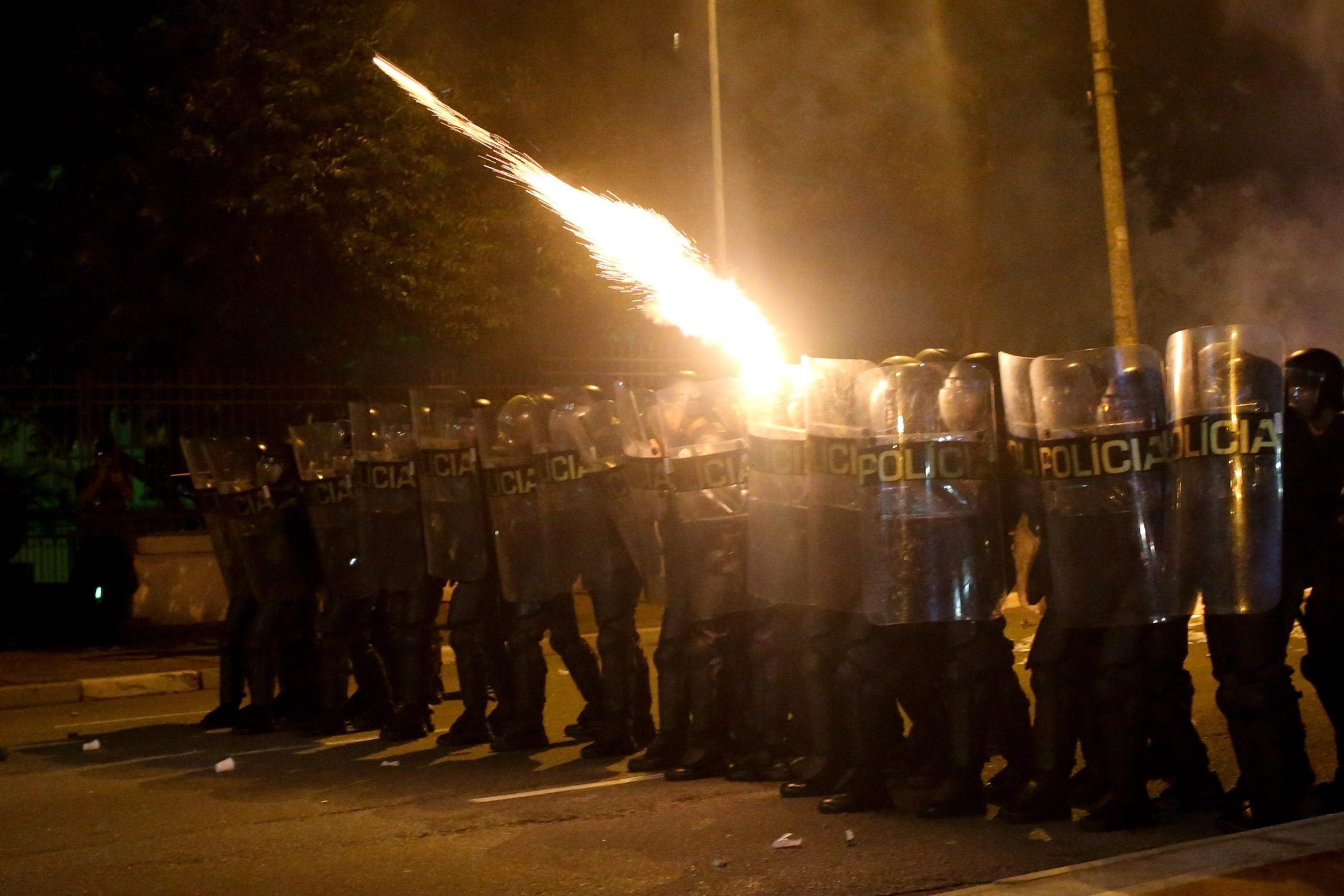 Policía contra manifestantes en conflito en el centro de São Paulo.
