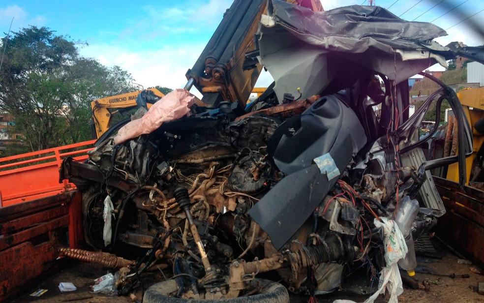 Carro onde estavam vítimas ficou destruído (Foto: Roger Sarmento/TV Santa Cruz)