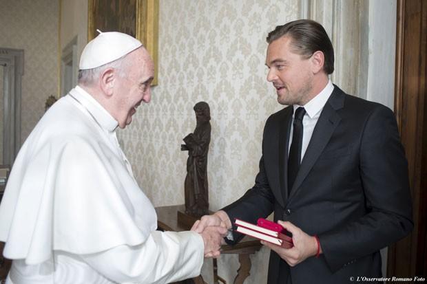 Leonardo DiCaprio conversa com o Papa Francisco em encontro ocorrido nesta quinta-feira (28) no Vaticano (Foto: Osservatore Romano/Reuters)