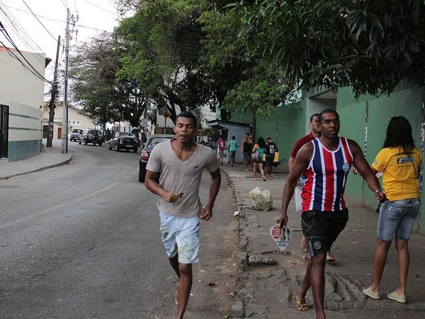 Candidatos ao Enem em Salvador, Bahia, correm para entrar no local de prova (Foto: Ida Sandes/ G1)