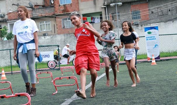 Crianças brincam nas oficinas esportivas no Rio de Janeiro (Foto: Divulgação/Eduardo Tchelo)