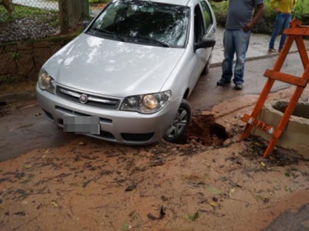 Um veículo ficou preso no buraco na sexta-feira (5) (Foto: VC no G1)