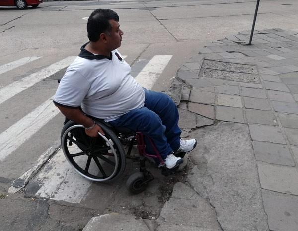 Cadeirante Dilceu Flores Júnior enfrenta dificuldades para se locomover (Foto: Felipe Truda/G1)