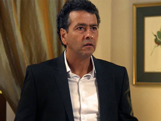 Aderbal se choca com notícia de que Rafael tem duas mães (Foto: TV Globo)