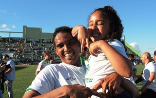 Zagueiro Rafael Lima comemora acesso do time em Chapecó (Foto: Marcelo Silva)
