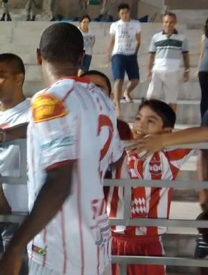 Leo Olinda e Maneco conversam com os torcedores do Auto Esporte depois do clássico (Foto: Expedito Madruga)
