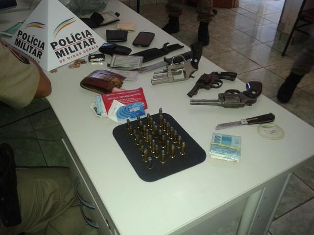 Com os suspeitos foram apreendidos armas e dinheiro (Foto: Divulgação/Policia Militar)