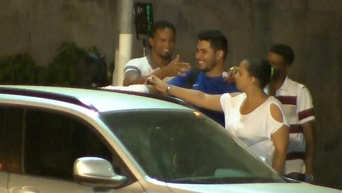 Goleiro Bruno cumprimenta pessoas conhecidas e sorri após saída da APAC de Santa Luzia (Foto: Reprodução/ TV Globo Minas)