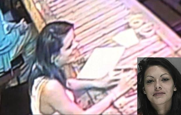 Em abril deste ano, a americana Mallory Renee Mims foi presa em Ormond Beach, no estado da Flórida (EUA), acusada de deixar o filho de 5 anos sozinho no carro por mais de uma hora enquanto bebia em um bar. (Foto: Reprodução)
