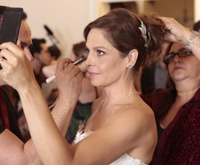 Drica Moraes se prepara para o casório de Carolina (Foto: Felipe Monteiro/ Gshow)